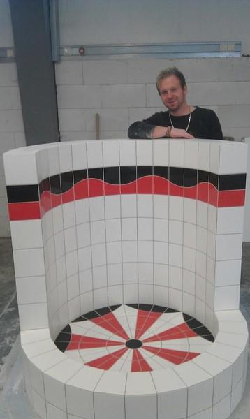 Runddusche aus schwarz, roten und weißen Fliesen