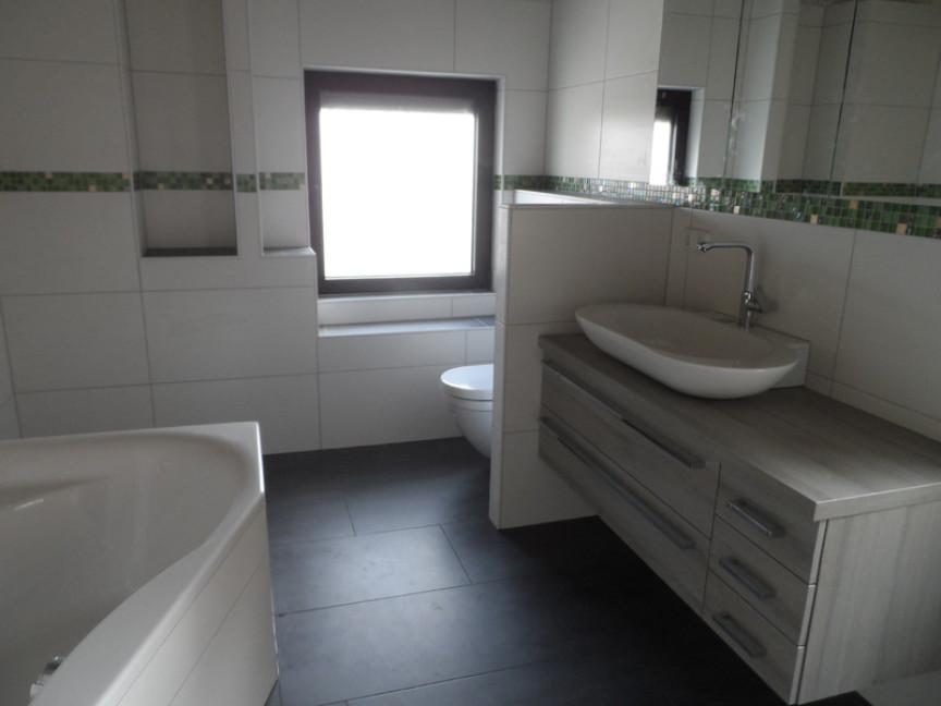 Großes Badezimmer In Weiss Mit Grünen Mosaikstreifen