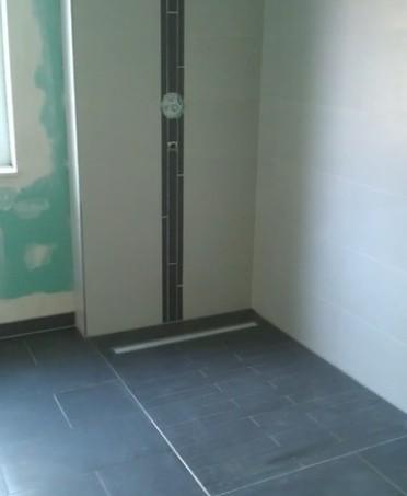 Bodengleiche Dusche in weiß und anthrazit