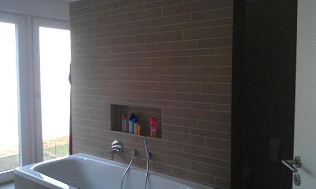 Badewanne mit gefliester Wand