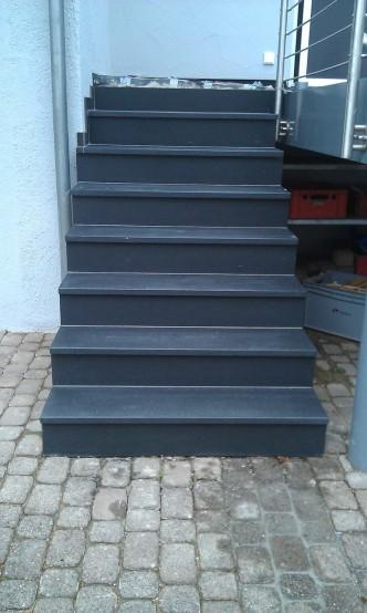 graue Treppe im Außenbereich