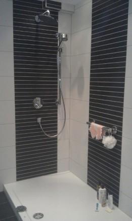 Dusche mit schwarzen Streifenwand