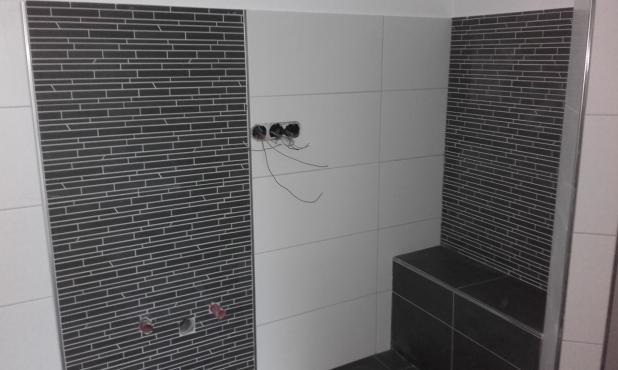 Dusche in schwarz weiß mit gemauerten Sitz