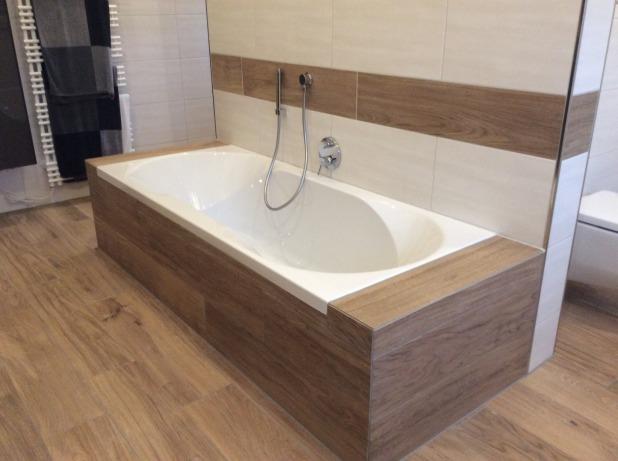 Eingemauerte Badewanne Mit Holzoptik Fliesen Modernes Badezimmer In  Holzoptik