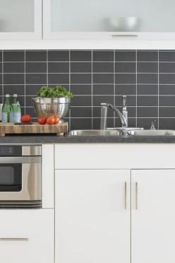 grauer Fliesenspiegel in weißer Küche