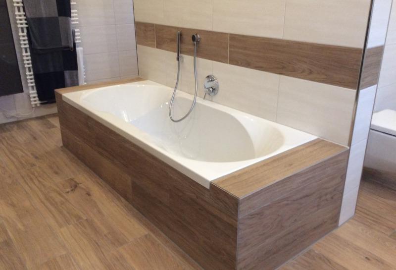 eingebaute Badewanne mit Holzoptik Fliesen
