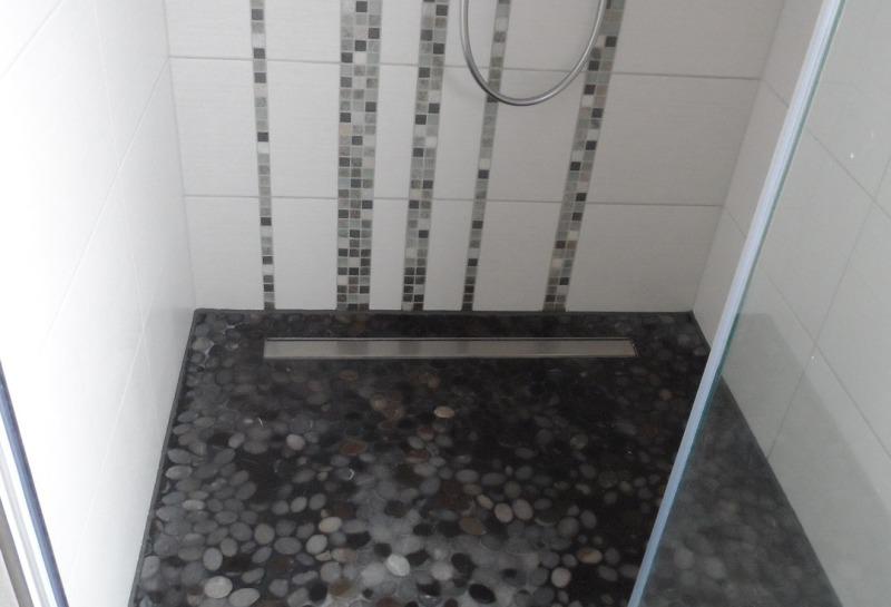 begehbare Dusche mit Mosaik-Bodüre