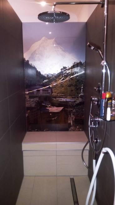 barrierefreie Dusche mit Glasrückwand