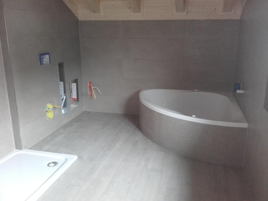 Modernes Bad Mit Großformatigen Wandfliesen In Grau