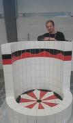 Fliesenleger Tino Klug mit Runddusche aus weißen, schwarzen und roten Fliesen