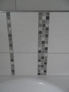 Mosaikfliesen als Dekorstreifen zwischen Fliesen