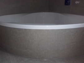 runde Badewanne mit Mosaikfliesen