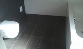WC und dunkle Bodenfliesen