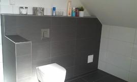 gemauerte WC-Rückwand in Schieferoptik