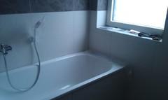 weiße Badewanne am Fenster