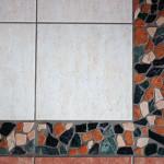 weiße Fliesen mit Mosaik verziert