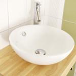 weißes Waschbecken im Bad